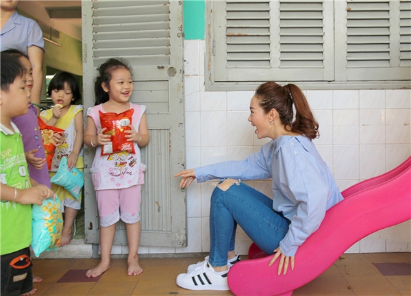 Cô còn tinh nghịch làm trò vui cho các bé bằng việc chơi cầu tuột của trung tâm. - Tin sao Viet - Tin tuc sao Viet - Scandal sao Viet - Tin tuc cua Sao - Tin cua Sao