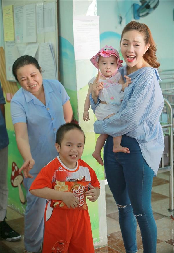 Minh Hằng nghẹn lòng rơi nước mắt khi đến thăm trẻ mồ côi - Tin sao Viet - Tin tuc sao Viet - Scandal sao Viet - Tin tuc cua Sao - Tin cua Sao