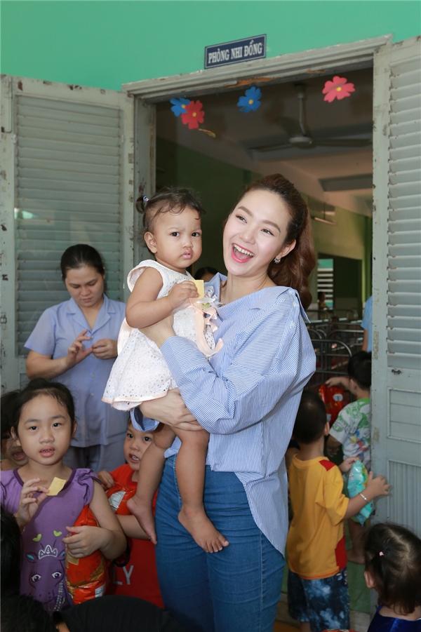 Minh Hằng cho biết cô cảm thấy vô cùng hạnh phúc khi được sẻ chia sự may mắn của mình đến mọi người xung quanh. - Tin sao Viet - Tin tuc sao Viet - Scandal sao Viet - Tin tuc cua Sao - Tin cua Sao