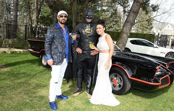 Vợ chồng ông Jeremy Bieber và người dơi.(Ảnh: Internet)