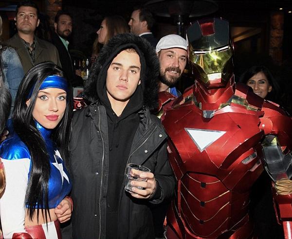 Đứng cạnh biệt đội siêu anh hùng cũng không làm Justin Bieber vui lên được.(Ảnh: Internet)