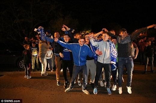 Ngay sau trận Chelsea vs Tottenham, cổ động viên Leicester đã đổ ra đường ăn mừng chiến thắng.