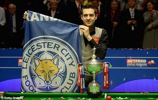 Ngôi sao snooker người Anh, Mark Selby, giương cao lá cờ của Leicester sau khi vô địch giải Snooker thế giới.