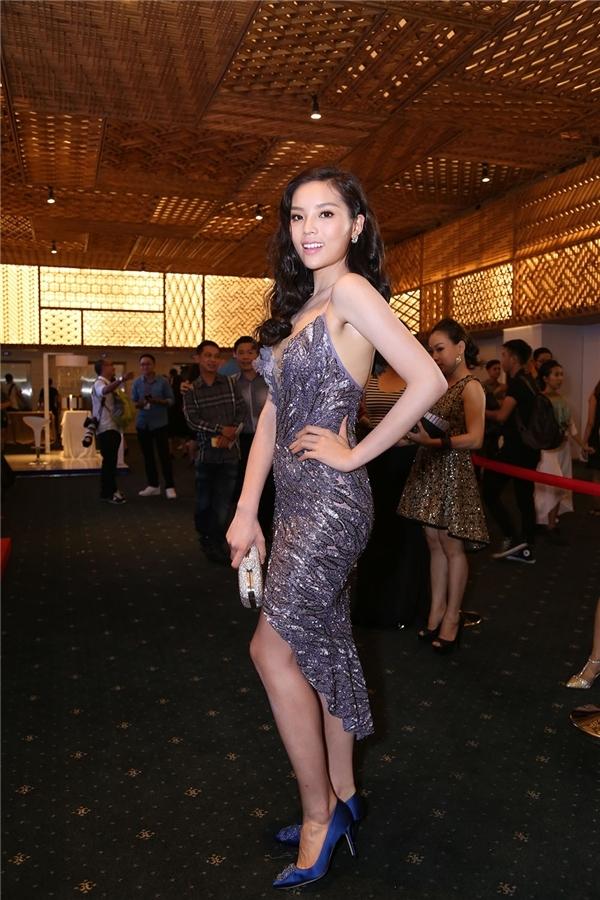 Vàtrong tuần vừa qua, ngoài những ngôi sao mặc đẹp vẫn có nhiềungôi saochưa thực sựhoàn thiện trên thảm đỏ. Hoa hậu Kỳ Duyên là một trường hợp như thế.Vẻ ngoài của Kỳ Duyên trở nên tươi tắn, rạng rỡ và có phần gợi cảm hơn trong chiếc váy ôm sát với sắc tím lơ ngọt ngào. Nhưng dường như Hoa hậu Việt Nam 2014 đã quá vội vã và mang nhầm giày lên thảm đỏ. Bởi giữa trang phục và món phụ kiện này gần như không ăn nhập gì với nhau.