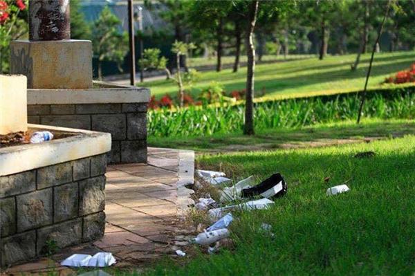 Điệp khúc hậu nghỉ lễ: rác la liệt khắp các khu du lịch