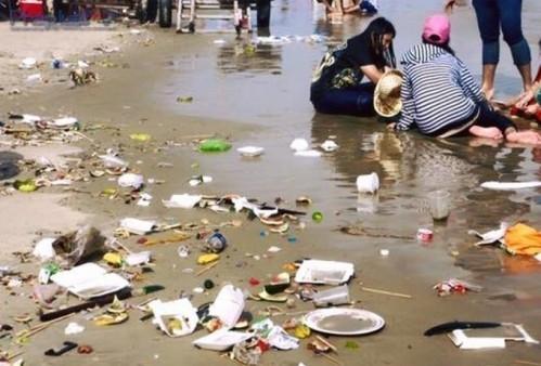 Ráckhắp bãi biển, trong khi nhiều du khách vẫn thoải mái vui đùa. (Ảnh: Internet)