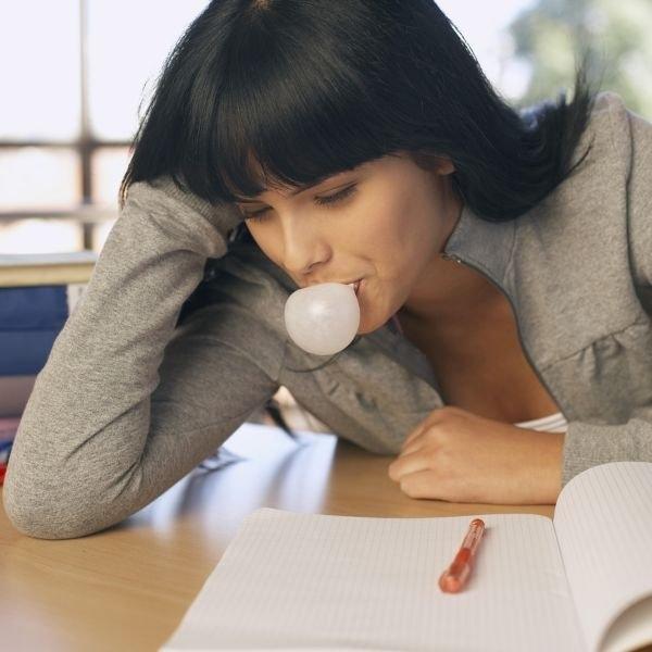 Nhai kẹo cao su là cách xua tan căng thẳng.