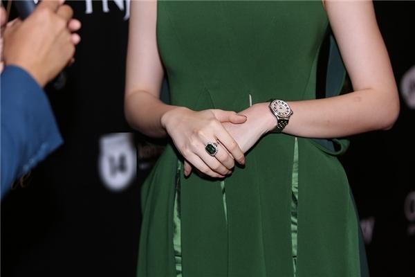 Đi kèm bộ trang phục của Angela Phương Trinh làchiếc đồng hồ vànhẫn có trị giáhơn 1 tỉ đồng.