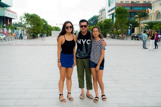 """Quang Minh bên hai nàng """"công chúa"""" nhỏ trong lần về thăm Việt Nam cách đây chưa lâu. Nói về con gái của mình, cả Hồng Đào và Quang Minh đều không khỏi tự hào. Dù không có định hướng theo nghiệp diễn xuất, thế nhưng hai cô bé luôn phấn đấu học tập để bố mẹ vui lòng. - Tin sao Viet - Tin tuc sao Viet - Scandal sao Viet - Tin tuc cua Sao - Tin cua Sao"""