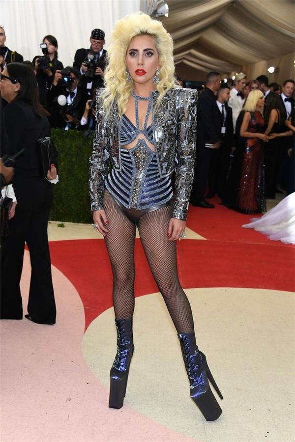 """Lady Gaga gợi cảm hết cỡ với thiết kế của Versace. Nữ ca sĩ vẫn mang """"cà kheo"""" lên thảm đỏ khiến nhiều người choáng váng."""