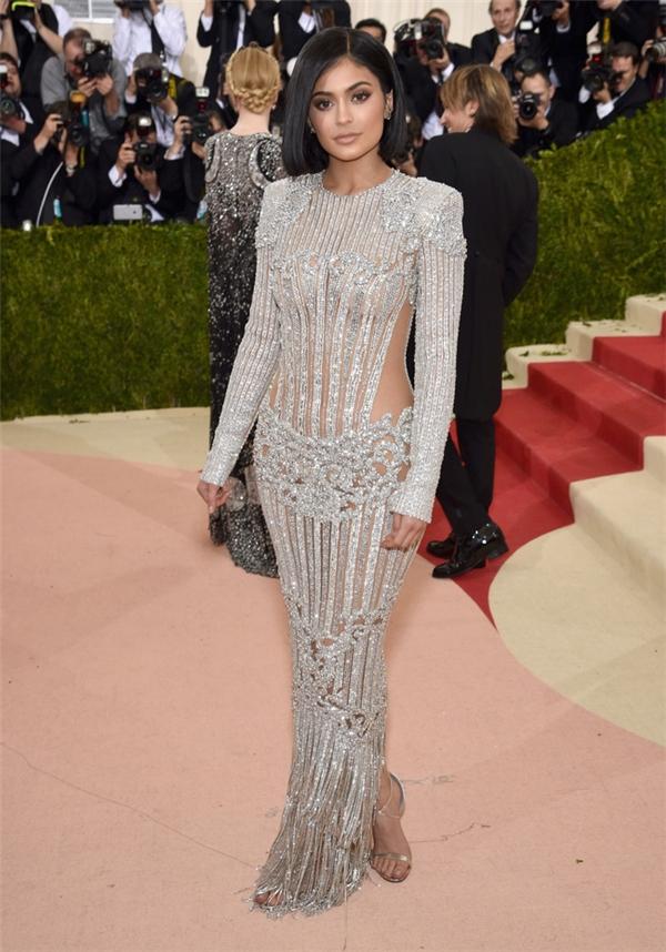 Kylie Jenner khoe dáng đồng hồ cát trong chiếc váy xuyên thấu kết hợp chi tiết ánh kim của Balmain.