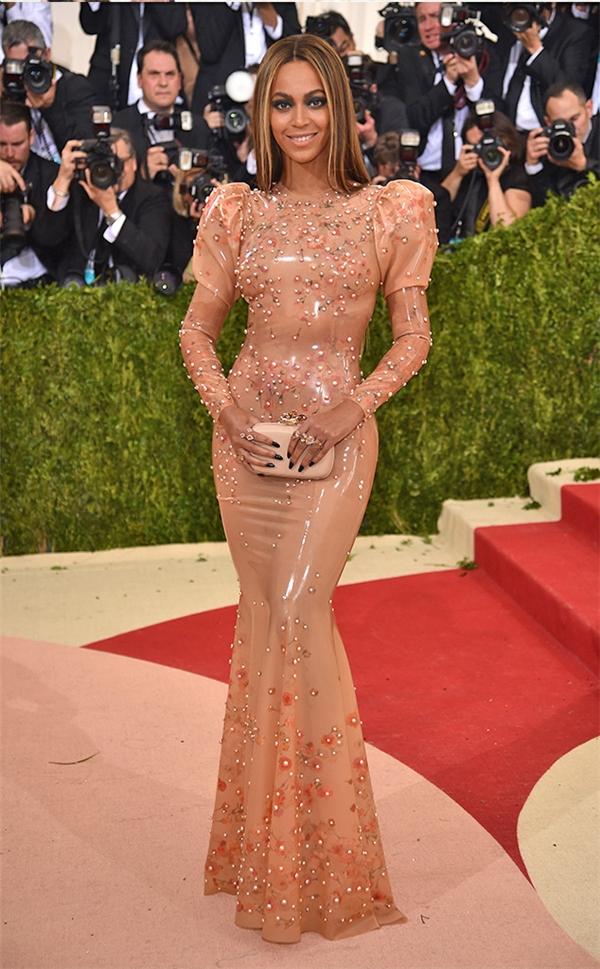 Beyonce cũng không hề kém cạnh khi khoe đường cong bốc lửa trong dáng váy ôm sát. Thiết kế thực hiện trên nền chất liệu plastic kết hợp chi tiết đính kết cầu kì.