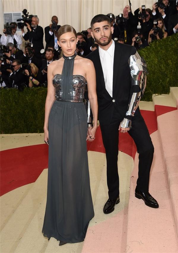 Gigi Hadid vừa ngọt ngào nhưng không kém phần gợi cảm với voan lụa kết hợp chất liệu ánh kim.