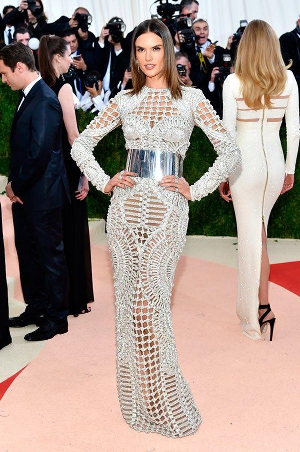 Chiếc váy của thiên thần nội y Alessandra Ambrossiogây ấn tượng bởi chất liệu đan móc tạo nên những họa tiết cầu kì, bắt mắt.