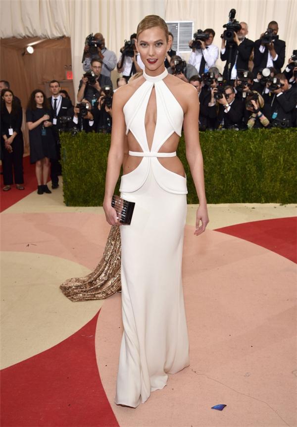 Chiếc váy trắng của Bradon Maxwell dường như không thể cắt xẻ hơn nữa ở phần ngực.