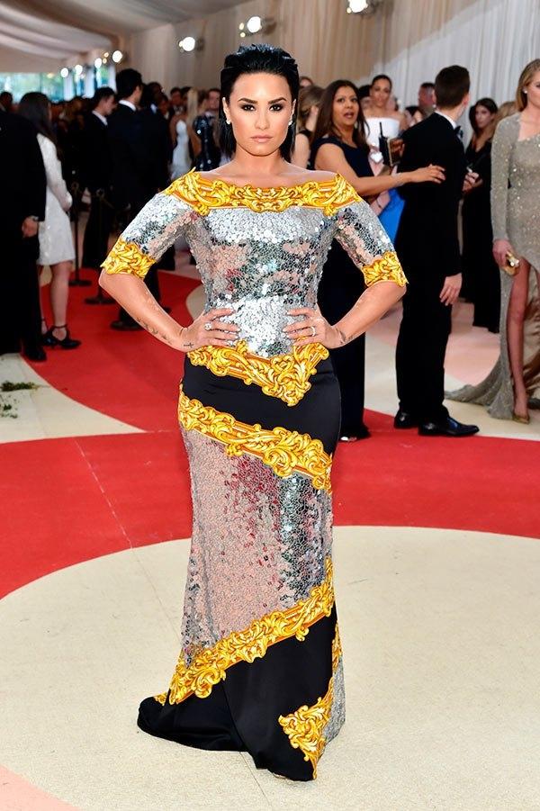 Katy Perry và Demi Lovato cùng chọn trang phục mang phong cách hoàng tộc, vương giả.