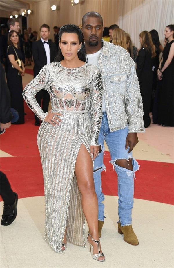 Kim Kardashian diện đầm ánh kim phô diễn 3 vòng gợi cảm. Đây là thiết kế của Balmain.