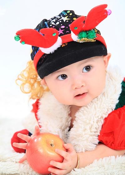 Bé Kim Cương có gương mặt bầu bĩnh đáng yêu và hai lúm đồng tiền duyên dáng giống ba. Cô bé được danh hài Hoài Linh nhận làm con nuôi vào năm 2013. - Tin sao Viet - Tin tuc sao Viet - Scandal sao Viet - Tin tuc cua Sao - Tin cua Sao