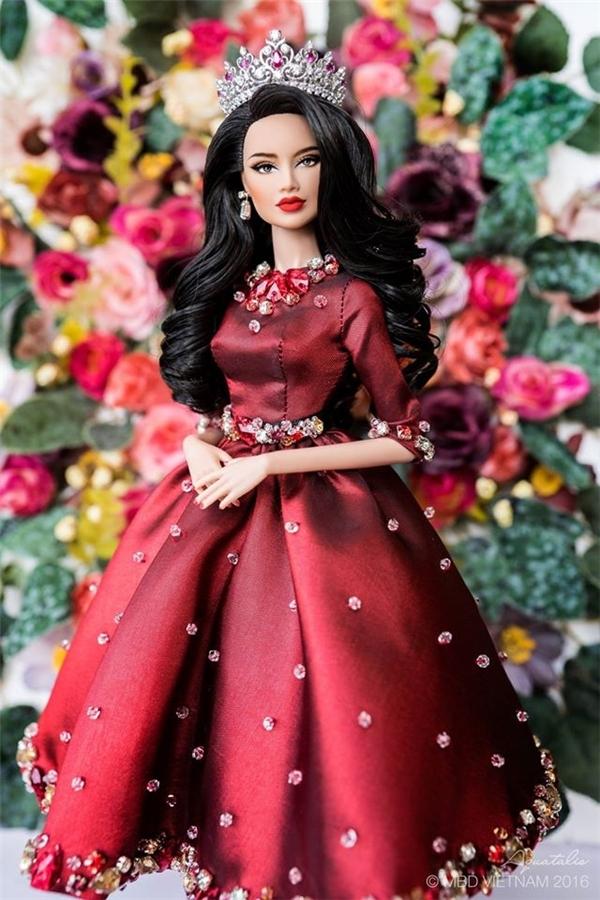 Không chỉ trang phục, tạo hình của cô búp bê mang tên Đặng Thùy Nam có nhiều nét tương đồng với Phạm Hương. Nhiều người cho rằng chính Phạm Hương là hình mẫu để nhào nặn nên cô búp bê xinh đẹp này.