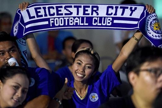 Fan Leicester City chụp ảnh bên ngoài trụ sở của King Power, công tido cha conVichai Srivaddhanaprabha điều hành.