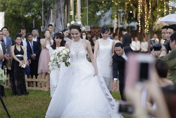 Váy cưới của người đẹp cũng sử dụng phom phồng xòe nhằm che đi phần bụng. - Tin sao Viet - Tin tuc sao Viet - Scandal sao Viet - Tin tuc cua Sao - Tin cua Sao