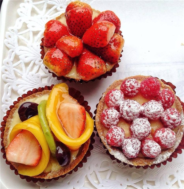 Bánh tart xinh xắn với đủ loại trái cây tươi mát có giá 25.000 đồng/chiếc. (Ảnh: Internet)