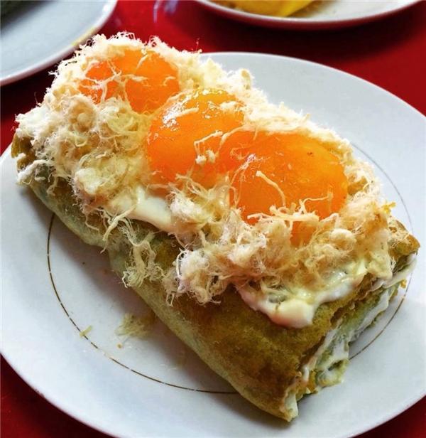 Bánh bông lan trứng muối cực chất có giá 65.000 đồng/chiếc. (Ảnh: Internet)