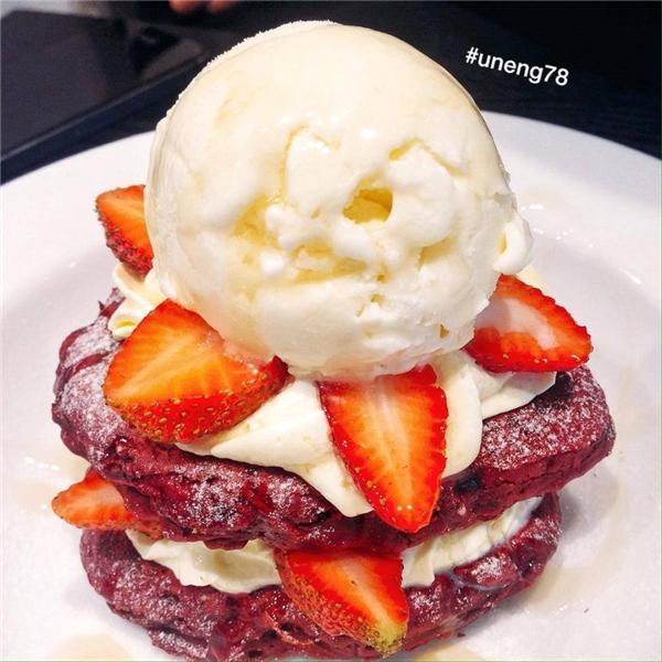 Không thể không mê những chiếc pancake red velvet cực xinh, cực yêu đến thế này. (Ảnh: Internet)