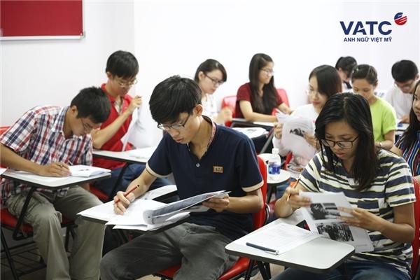 Đông đảo bạn trẻ đến tham gia kì thi thử TOEIC tại VATC