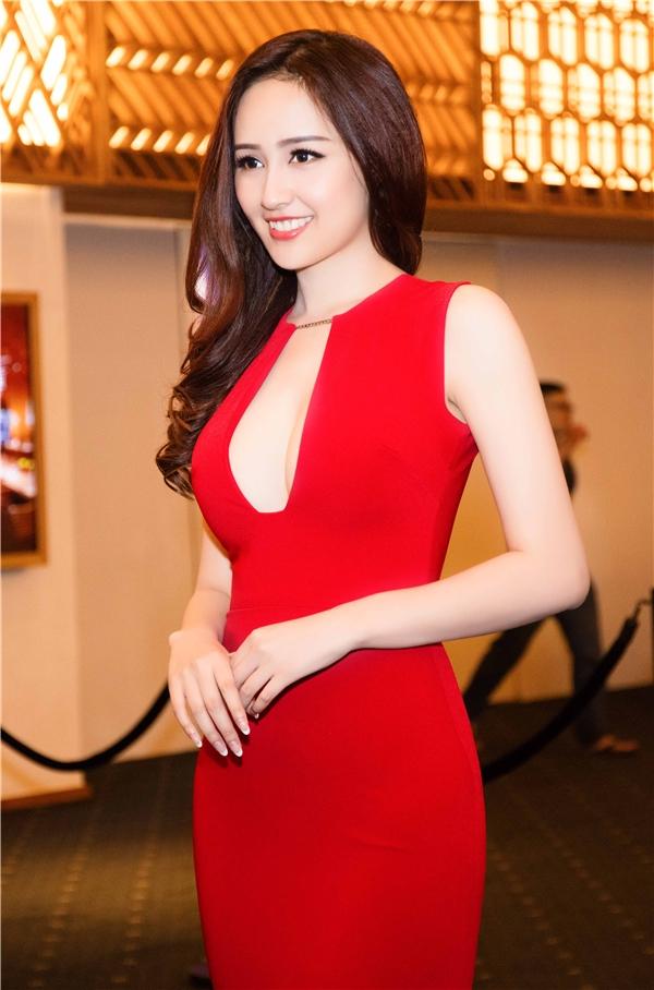 Sau gần 10 năm, Hoa hậu Việt Nam 2006 đã có những thay đổi đáng kế trên khuôn mặt, đặc biệt là hàm răng đã được cân chỉnh lại. Nhưng những đường nét thanh tú, ngọt ngào vẫn vẹn nguyên và giúp Mai Phương Thúy luôn trẻ hơn tuổi thật.