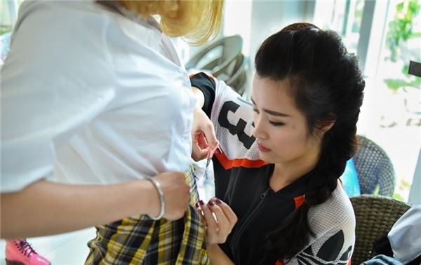 Đông Nhi tự tay tỉ mỉ chỉnh sửa trang phục cho các thành viên trong nhóm. - Tin sao Viet - Tin tuc sao Viet - Scandal sao Viet - Tin tuc cua Sao - Tin cua Sao