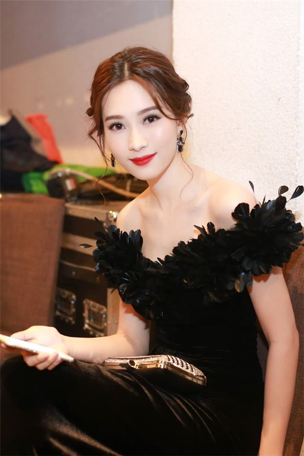 """""""Thần tiên tỉ tỉ"""" là tên gọi thân thương mà khán giả, người hâm mộ dành tặng cho Hoa hậu Việt Nam 2012. Chỉ bấy nhiêu, đủ để cảm nhận được nhan sắc đầy thu hút của Đặng Thu Thảo."""