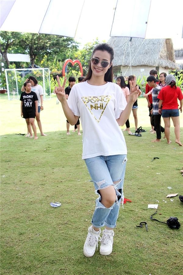 Để dễ dàng hòa đồng với các fan, nữ ca sĩ đã tinh ý diện chiếc áo fanclub phối hợp với quần jean rách và giày thể thao năng động. - Tin sao Viet - Tin tuc sao Viet - Scandal sao Viet - Tin tuc cua Sao - Tin cua Sao