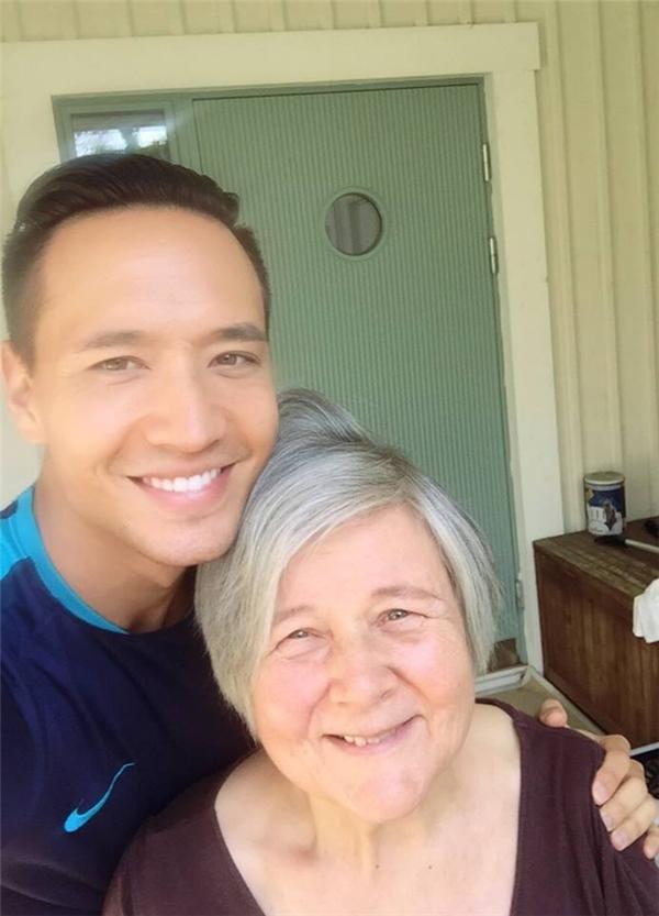 """Kim Lý khoe khoảnh khắc hạnh phúc bên mẹ ruột. Nam diễn viên điển trai đăng tải hình ảnh với dòng chú thích: """"Family time is the best! Love you Mom."""" (Thời gian ở bên gia đình là tuyệt nhất, con yêu mẹ). - Tin sao Viet - Tin tuc sao Viet - Scandal sao Viet - Tin tuc cua Sao - Tin cua Sao"""