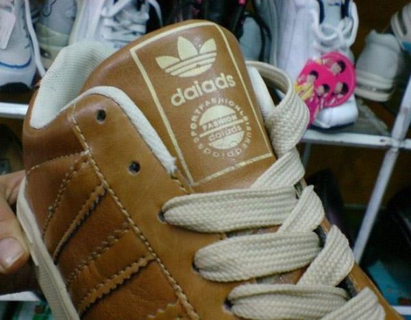 Không chỉ nhái tên, nhà sản xuất giày này còn bê nguyên logo của Adidas, chỉ có điều đã cải biên chút ít.