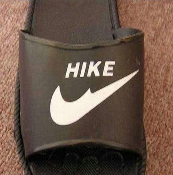 Không chỉ cái tên, logo của NIKE cũng biến dạng trên sản phẩm này.