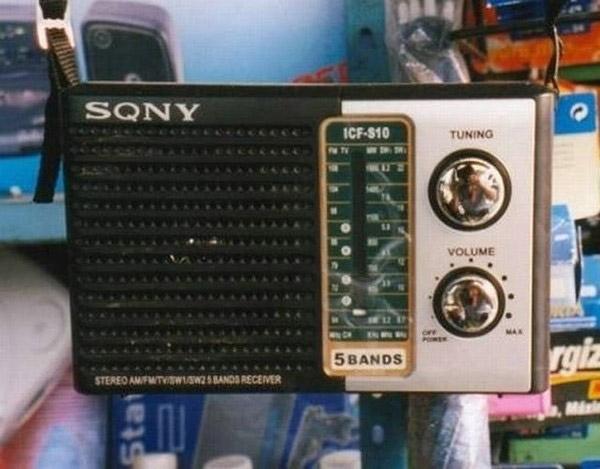 Nhìn qua, chắc nhiều người sẽ nhầm chiếc radio này đến từ thương hiệu Sony. Nhưng không, chữ O trong từ Sony đã được âm thầm thêm một vạch.