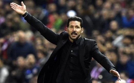 Diego Simeone có phản ứng dữ dội với trọng tài bàn.