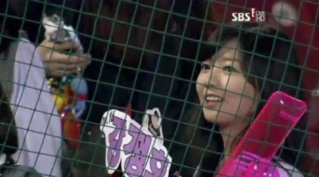 Chùm ảnh: Những cô nàng xinh đẹp bị chụp lén trên sân bóng chày Hàn Quốc