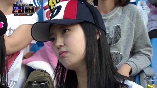 Vẻ mặt khá lo lắng của 1 nữ CĐV khi theo dõi trận đấu.