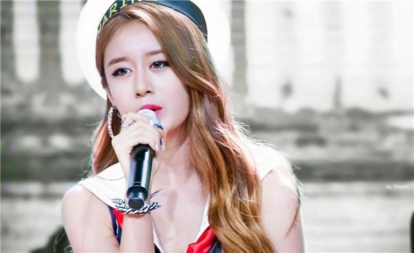 Công việc của một ca sĩ có ngoại hình hot girl chính là làm gương mặt đại diện cho cả nhóm. (Ảnh: Internet)