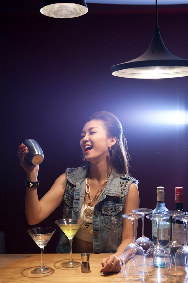 Phụ nữ với những nghề nghiệp đặc biệt, cần sự tinh tế như nghề pha chế rượu trong các quán bar luôn gây được sức hút đặc biệt. (Ảnh: Internet)