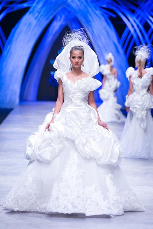 """Đây là một trong 3 chiếc váy """"phát sáng"""" ở điều kiện ánh sáng bình thường."""