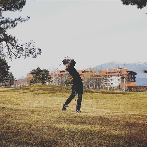 """Tom cực kỳ mê chơi golf do được bố mẹ """"trui rèn"""" từ nhỏ và thường xuyên khoe ảnh đi chơi cùng gia đình. (Ảnh: Internet)"""