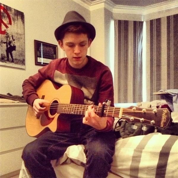 Tom còn có tài lẻ là chơi đàn nữa đấy nhé. (Ảnh: Internet)