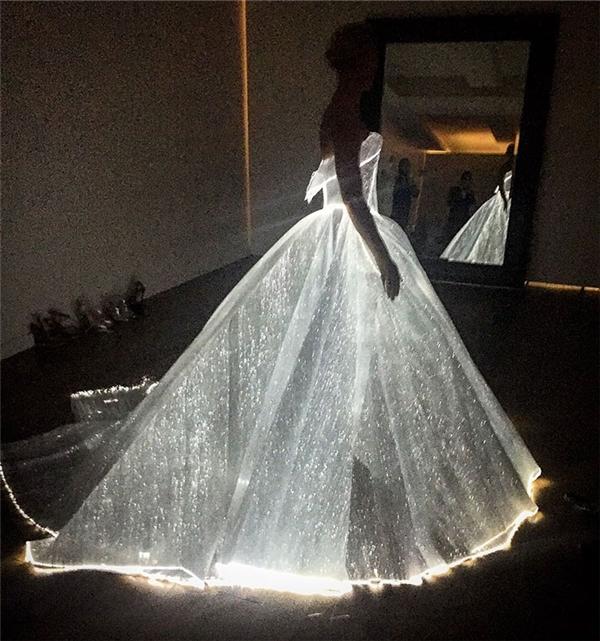 Chiếc đầm phát sáng lung linh, cả ở những chi tiết nhỏ nhất.
