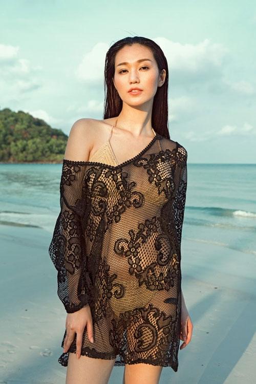 Trang phục làm từ lưới, ren luôn là sự kết hợp hoàn hảo với bikini. Độ hở đặc trưng cùng họa tiết bắt mắt mang đến vẻ ngoài thu hút hơn cho phe tóc dài. Trang phục với phom rộng được xem làlựa chọn hàng đầu.