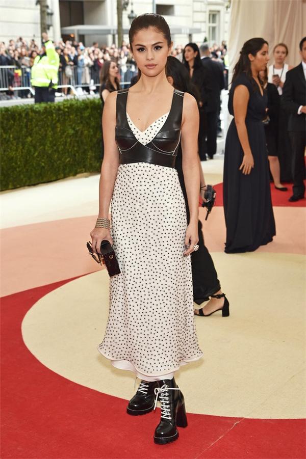 Bộ trang phục của Selena Gomez cũng không hề khá hơn. Thậm chí, nhiều ý kiến còn cho rằng chiếc đầm khá giống váy ngủ.