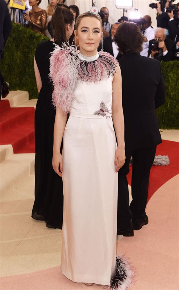 Những chi tiết lông đính kết trên váy của Saoirse Ronan hầu như không có tác dụng gì ngoài việc khiến chiếc váy trông vô duyên, kém tinh tế hẳn.