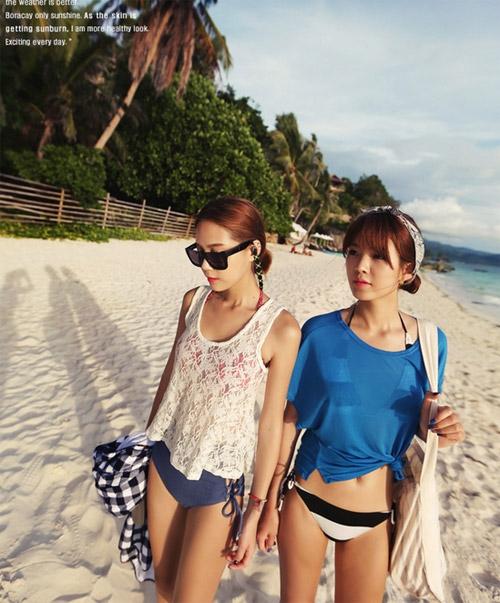 Đơn giản nhất để tạo cảm giác an toàn cho phái đẹp khi diện bikini là kết hợp cùng áo phông oversized thắt gút eo, áo cổ trễ hoặc tay rộng.